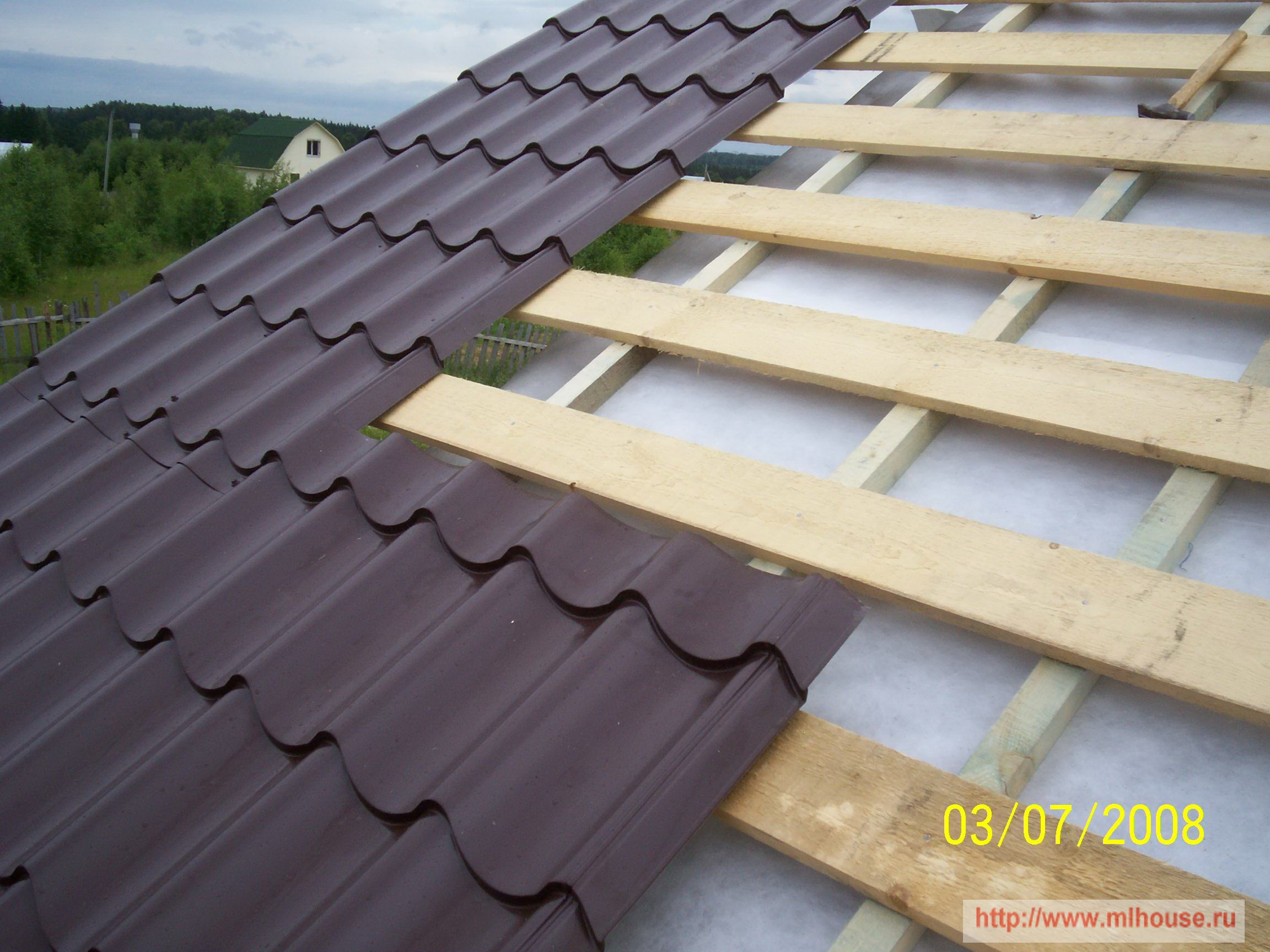 Проход и примыкание трубы на крыше из профнастила 75