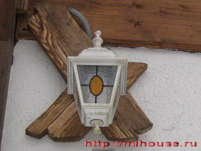 светильник на фасаде